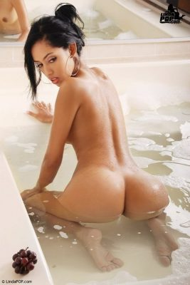Great Asian ass of nude girl in the bath