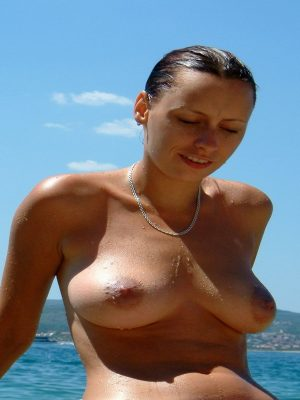 Amateur naked beach girl
