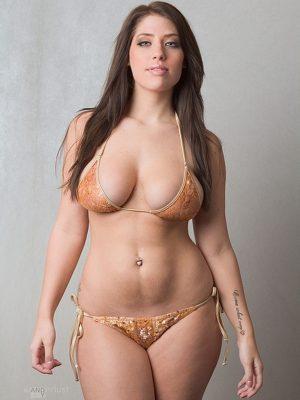 Busty curvy babe in bikini