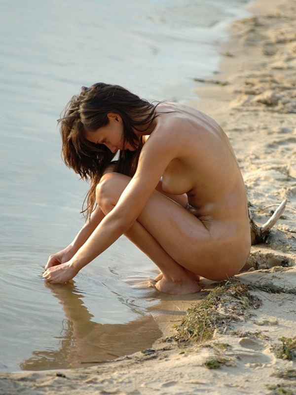 Nude girl on the lake