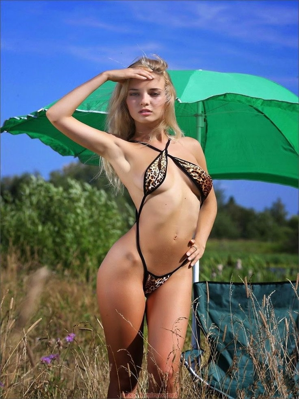 Sexy nude Alice