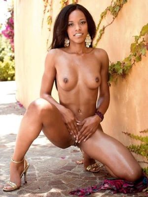 Ebony pretty girl posing naked outside